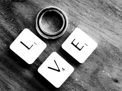 """Yeni bir ilişkiye başladıktan sonra iç sesiniz sizi dürtmeye başlar """" ya gerçekten sevmiyorsa? """" diye.. Siz de bu sesin gafletine kapılıp aşkınızdan şüphe duymaya ve sevgilinizde ilgisizlik belirtileri aramaya başlarsınız. En sonunda da tabii onu kendinizden uzaklaştırmayı başarırsınız. Size sevgi gösteren sevgiliniz sürekli sorgulayan yapınız dolayısıyla sevgisinin törpülendiğini hisseder."""