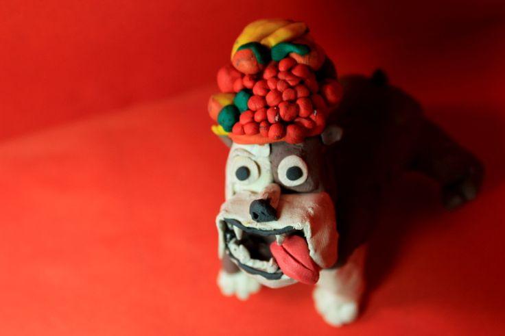 De la película Río, llega el bulldog, Luis, junto con su sombrero, lleno de frutas tropicales de Río de Janeiro!.