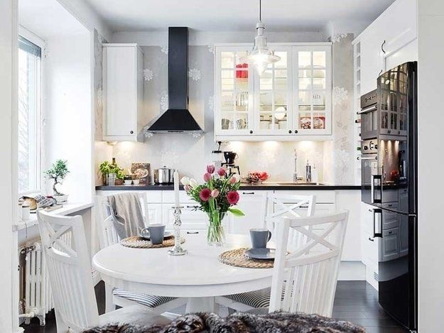 Белая кухня в интерьере: фото идеи дизайна с деревом, глянцем и другой отделкой