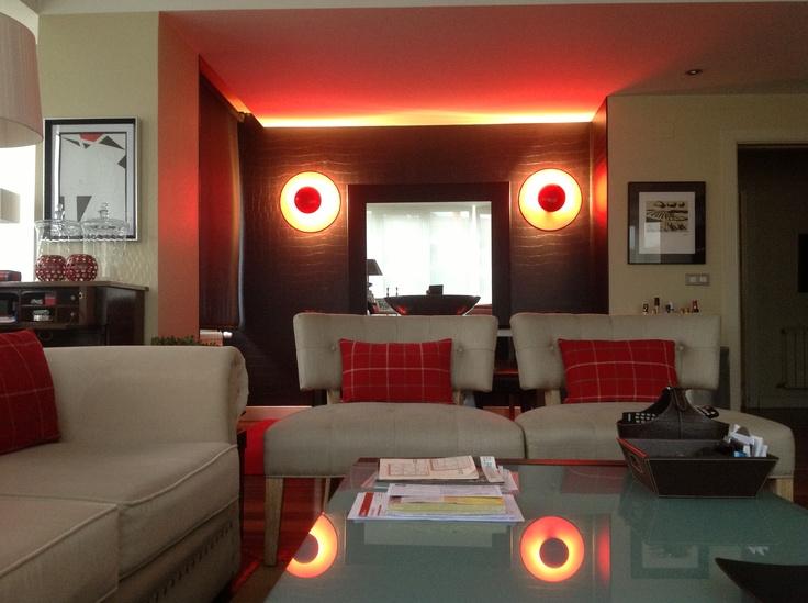 Desde el salòn con el comedor de fondo...Los tonos rojos presiden el color de la estancia...