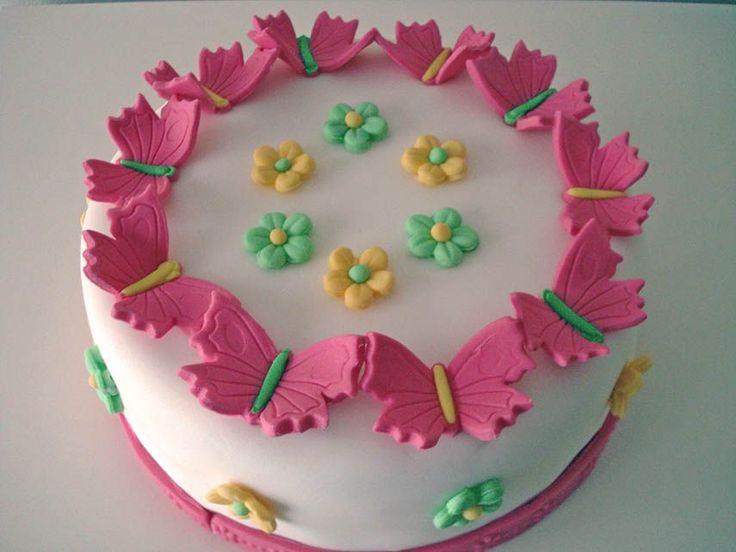 ¿Necesitas un pastel elegante y llamativo para celebrar un cumpleaños? Aquí tienes una idea fácil de decoración de un pastel fondant de mariposas,que utilizando varios cortadores, de flores y de mariposas obtendrás de manera sencilla un resultado espectacular.