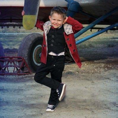 Стилен и елегантен детски тренч от JUNONA Кids. Модела е с двуредно закопчаване. Тази уникална детска дреха ще предаде на вашето малко момченце една прекрасна модерна визия през есента.