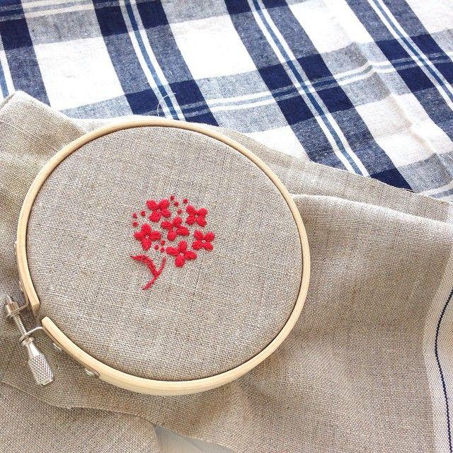 リネン地に赤い刺繍。今からバッグに仕立てていきます!