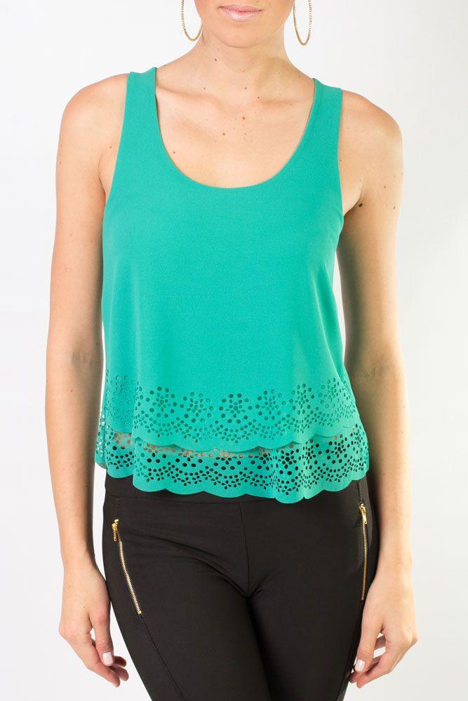 Blusa verde, sin mangas, de escote redondo y adorno calado en la parte de abajo.