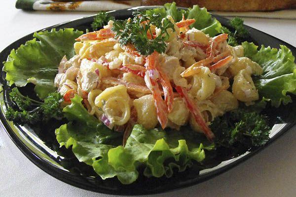 А как насчетна ужин— куриный салат с макаронами? Очень удобно: гарнир и мясо. Вроде бы просто, но получается действительно очень