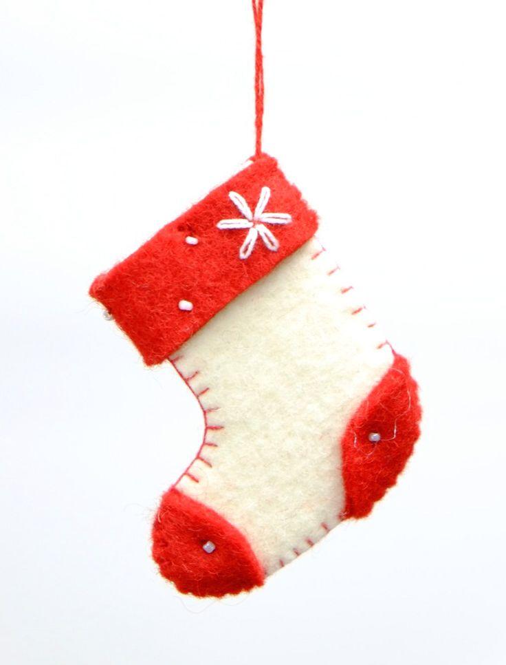プレゼントを入れる靴下を型どったクリスマスツリー飾り。ストラップとしてアクセサリーにも。  サイズ:7 cm x 5 cm x 1 cm カラー: レッド/ ホワイト