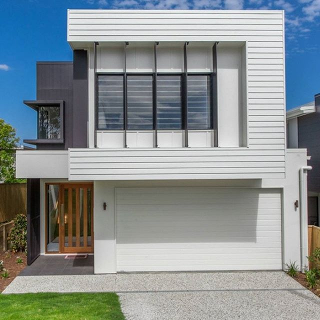 This @kalkahomes build is a clever blend of clean sharp lines and materials. #australianarchitecture #architecture #exterior #exteriordesign #scyonwalls