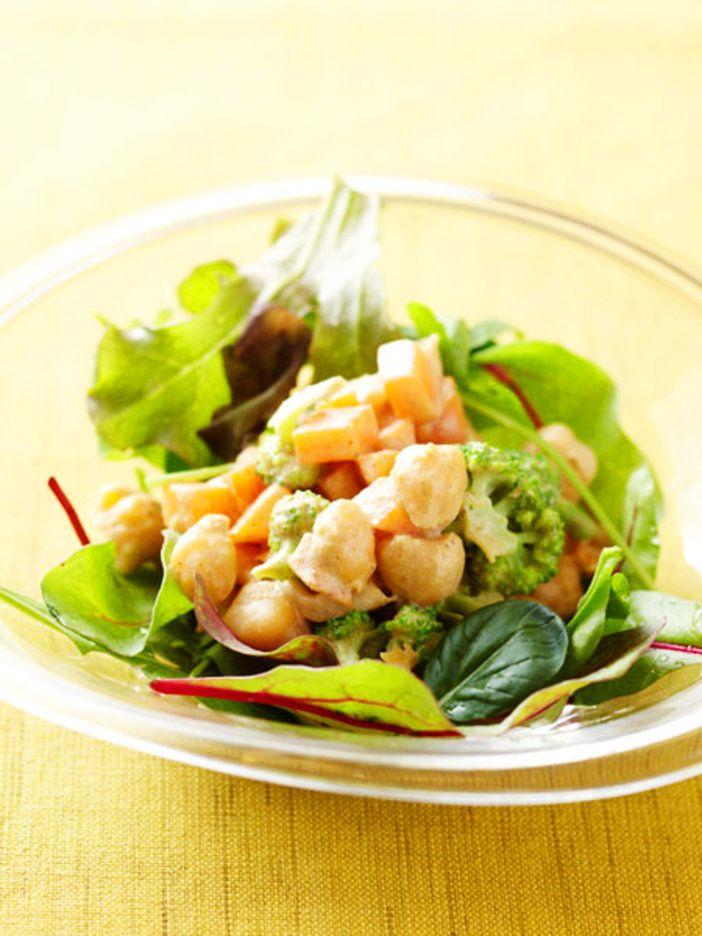 たんぱく質は豆類で。ひよこ豆にエスニックな味付けをすればビストロ風サラダに。簡単に手に入る水煮を使うのもよし、豆を一晩水に浸してゆっくり煮れば、おいしさも栄養も倍増!|『ELLE gourmet(エル・グルメ)』はおしゃれで簡単なレシピが満載!