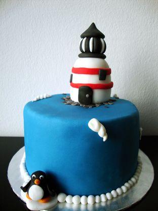 kleine Leuchtturmtorte mit Pinguin