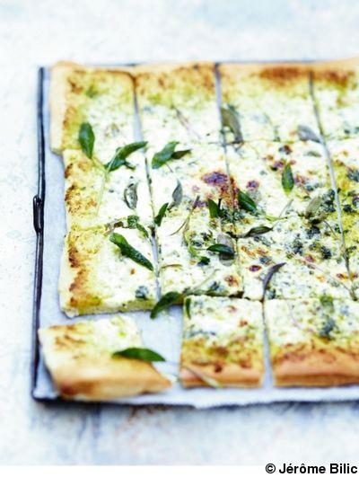 Recette Pizza blanche à la sauge : Mettez les feuilles du basilic et de l'origan dans le bol d'un petit robot avec le parmesan, les pignons, la gousse d'...