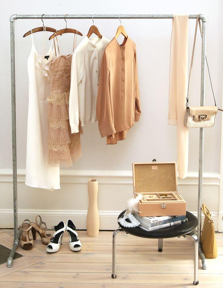 Klädhängare klädstång av rör i galvaniserat stål ger sovrummet en härlig känsla av vintage