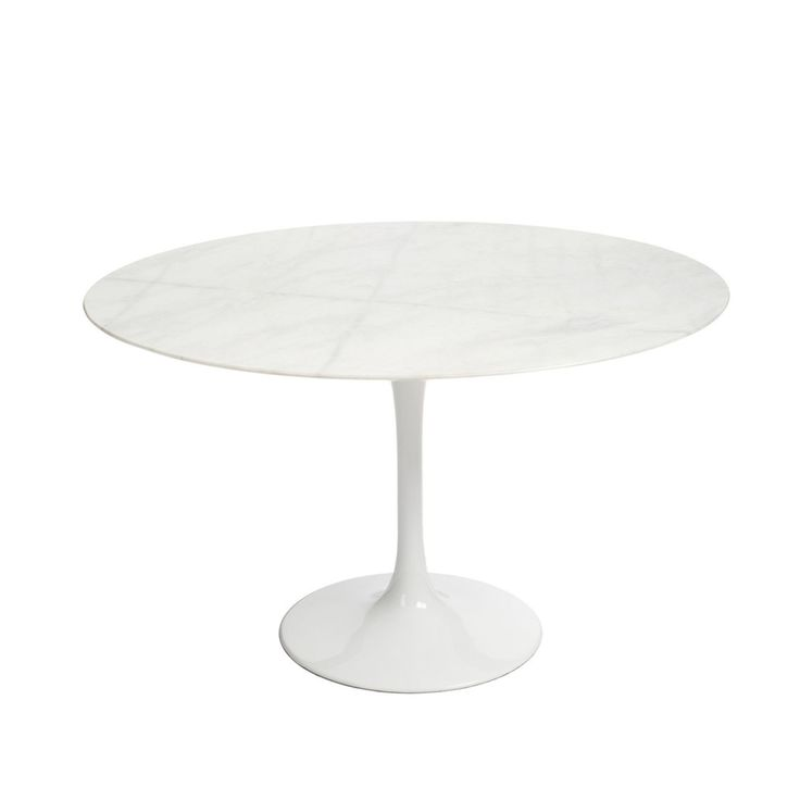 Inspirée par la Table Saarinen Round 47 d'Eero Saarinen.     Plateau de marbre blanc veiné de gris.     Un seul pied central avec une large base circulaire.     Pied en aluminium laqué en blanc avec finition brillante.     Diamètre de la table: 120 cm.     Design élégant et fonctionnel.  La Table TULIP MARBRE est une pièce fascinante, inspirée par les designs d'Eero Saarinen des années 50. Cet architecte américain d'origine finlandaise, avait l'objectif de libérer le maximum d'espace po...