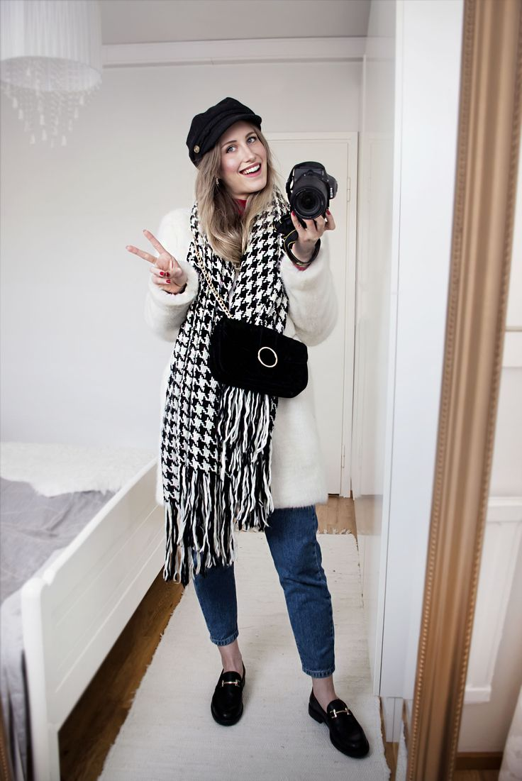 Outfit, style, hite fur, checkered, hound tooth scarf, hat, skepparmmössa, denim, mom jeans, loafers, cross body bag, classic, trendy