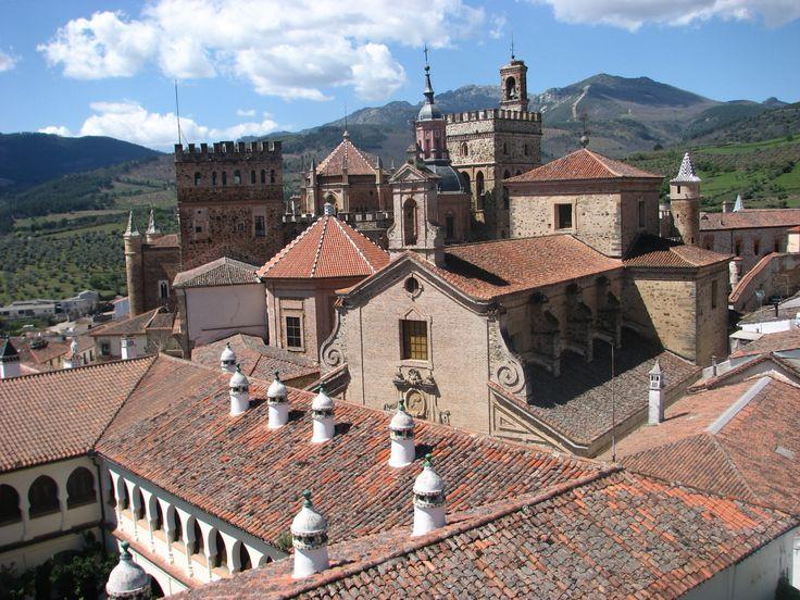 Vistas al Monasterio de Guadalupe desde el Parador Nacional de Turismo.