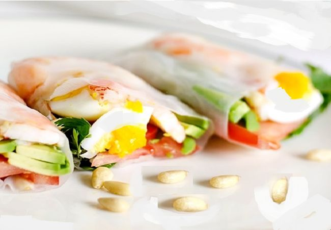 Rollitos de papel de arroz con langostinos y vegetales