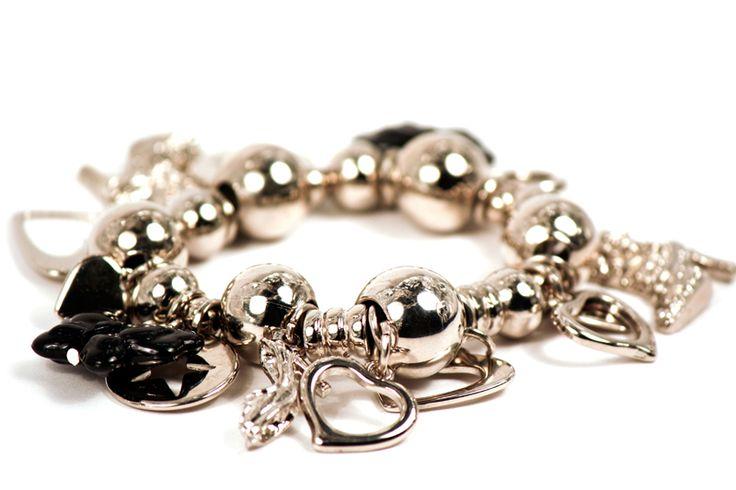 El color plata adorna a los muchos dijes que tiene tu pulsera Maga. ¿Imaginas el brillo que le dará a tu muñeca? #Brillo