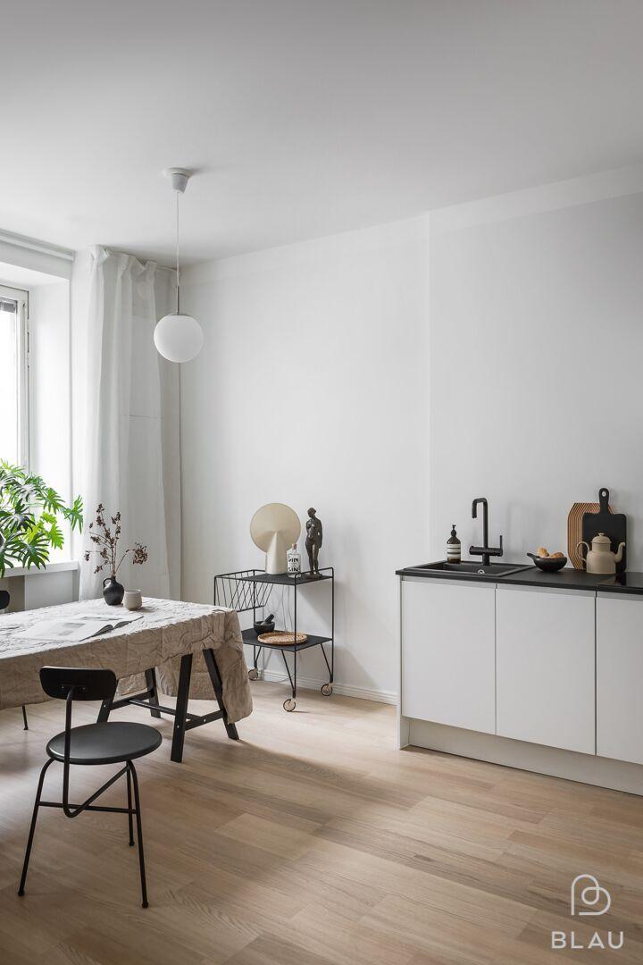 Jokainen tietää, miten tärkeä osa arkea on toimiva ja kaunis keittiö! Blau toteutti tämän kauniin yksiön keittiön Helsingin Ruskeasuolla. Tervetuloa Blaun myymälään!