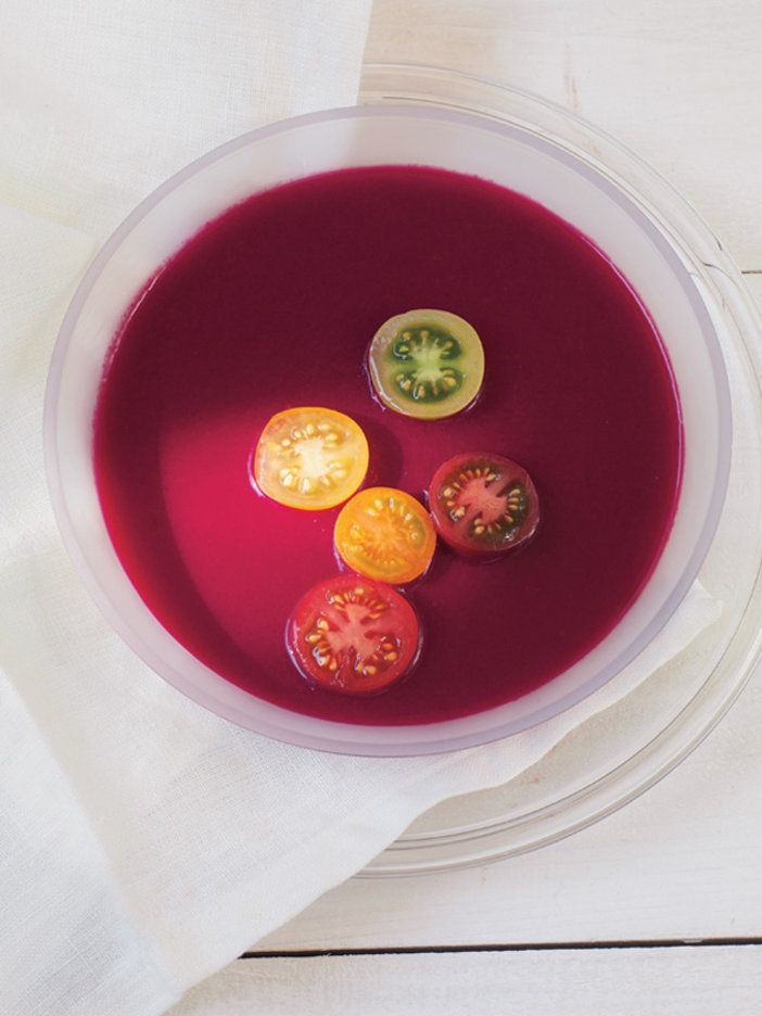 テーブルを鮮やかに演出してくれる、赤紫色のスープ。味も個性的! 『ELLE gourmet(エル・グルメ)』はおしゃれで簡単なレシピが満載!