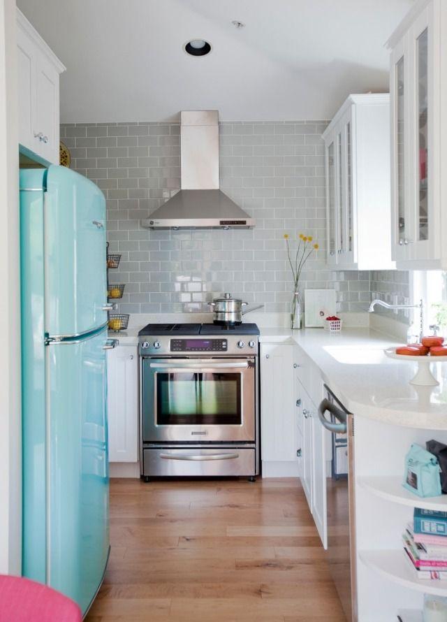 retro kühlschrank küche L-form weiße küchenschränke holzboden