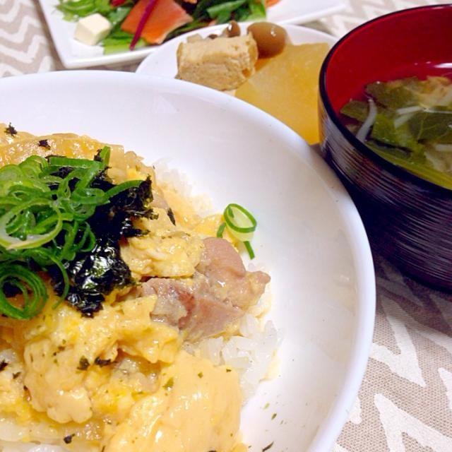 親子丼 大根と厚揚げの炊いたん スモークサーモンのサラダ 味噌汁(もやしと小松菜) - 7件のもぐもぐ - ふわふわたまごの親子丼 by chihiroish95Z