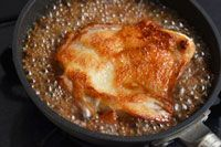 いちばん丁寧な和食レシピサイト、白ごはん.comの『鶏の照り焼き(照り焼きチキン)の作り方』を紹介しているレシピページです。照り焼きをおいしく作るポイントは、皮目の焼き方とたれの煮詰め具合。鶏肉に8割ほど火を通しつつ皮目をしっかりと焼き、醤油ベースのたれを加えてそれしっかりと煮詰めていきます。