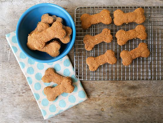 Homemade peanut butter dog biscuits recipe // puppy holiday gift ideas