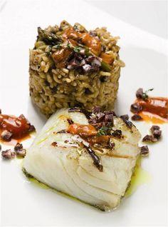 Bacalao a la parrilla con arroz de morcilla y erizo de mar. Para invitar.