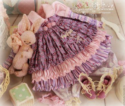 Купить или заказать Комплект для куклы  ' Черничный йогурт ' в интернет-магазине на Ярмарке Мастеров. МАСТЕР-КЛАССЫ и ВЫКРОЙКИ www.livemaster.ru/arishaskazka2 Это комплект для моей новой куклы . Очень нежный комплект для куклы в лилово-розовых тонах : комбинированное платице ,сарафанчик , панталончики , замшевые ботиночки ручной работы ,зайка . Одежду не продаю ,выложила для оформления витрины магазина. МАСТЕР-КЛАССЫ www.livemaster.ru/arishaskazka2…