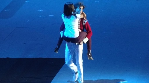 That's what you call a lucky girl! Mika @ les enfoires with Shy'm // EXTREMELY LUCKY GIRL OMG I'D KILL TO BE THAT GIRL RIGHT NOW