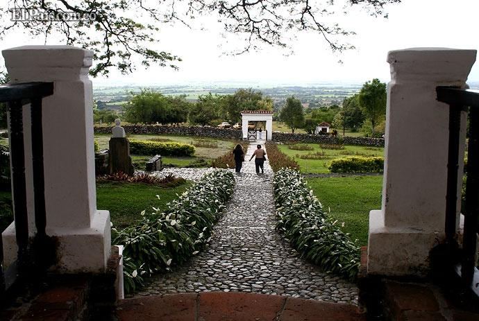 La Hacienda El Paraíso fue comprada en 1828 por el padre de Jorge Isaacs, en ella se desarrolla la mayor parte de la novela María.