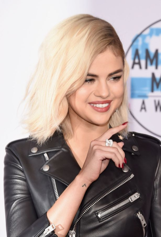 Selena Gomez Stuns Fans With Dramatic New Look And It S A Hit With Justin Bieber Selena Gomz Selena Selena Gomez Red Carpet