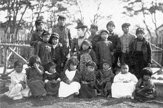 Misionera anglicana con niños yaganes