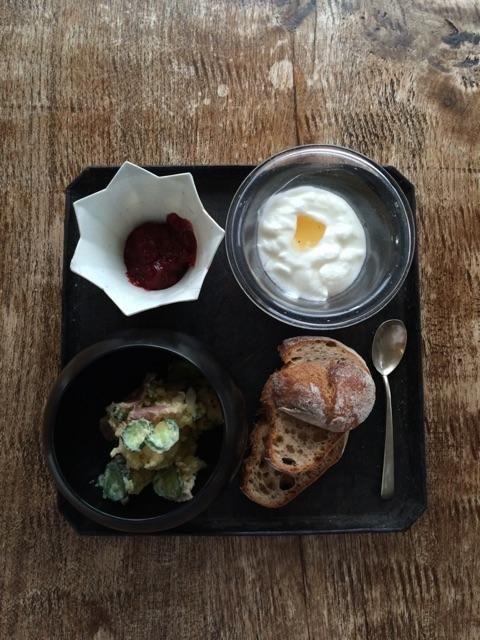 """""""ポテトサラダ、ルバーブのジャム(少し味をなおしたら美味しくなった)、ヨーグルト。紅茶はピオニーホワイイト"""""""