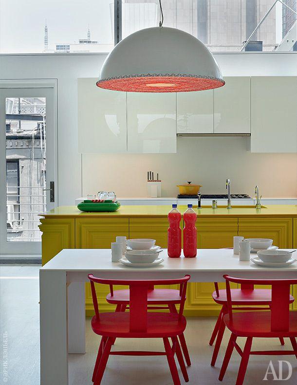 Кухня. Лампы из стали, hivemindesign. Стол изкориана, дизайн Гислайны Виньяс и UM Project. Красные кресла Windsor, Mabeo Furniture.