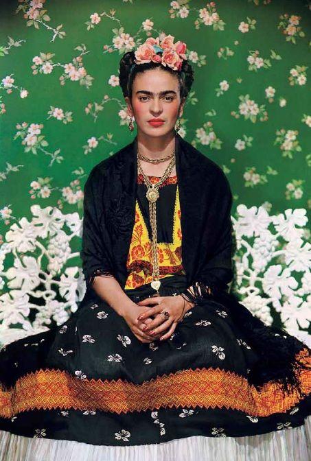 Frida Kahlo fue una famosa pintora mexicana, que se caracterizaba por sus autoretratos, en la mayoria de sus pinturas reflejaba sus dolores, sufrimientos, sus gustos, su vida, etc.