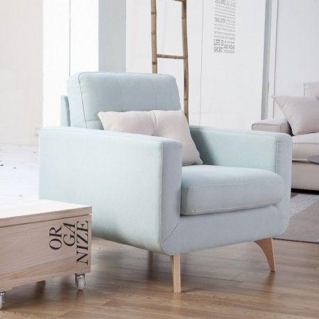 Una butaca con un diseño retro actualizado, secilla y cómoda. Tapizada en tela, puedes elegir entre varios acabados, en la imagen tapizado gris. Quedará genial en tu salón o tu dormitorio como mueble de apoyo.