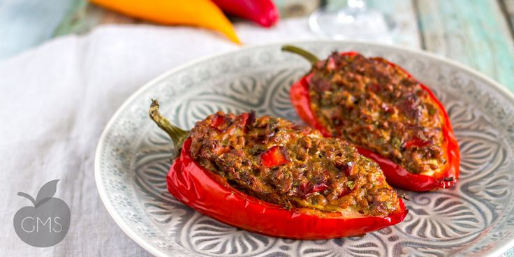 La ricetta per preparare questi peperoni farciti è facile e deliziosa, sono nutrienti e sani, con una farcitura di legumi e verdura.