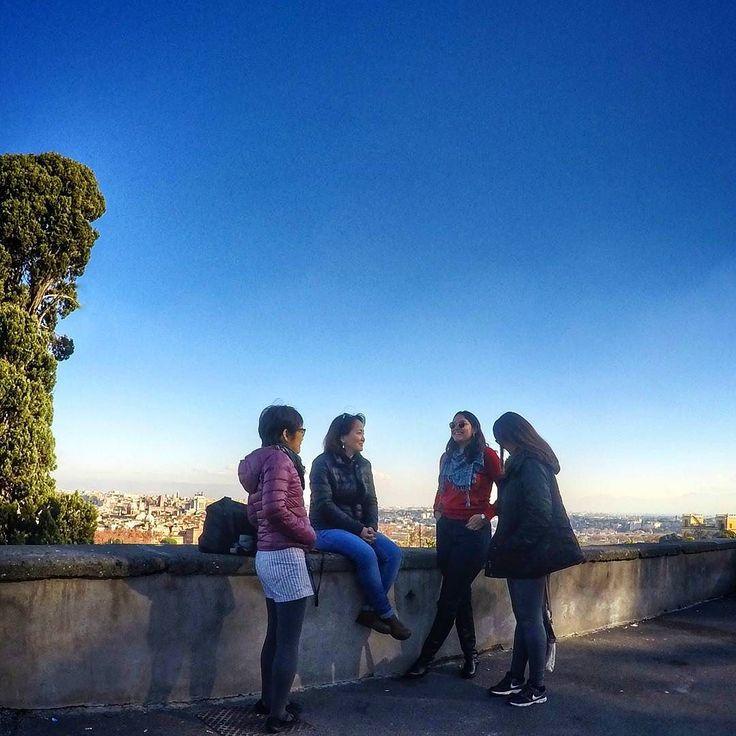 O Gianicolo é perfeito para impressionar os viajantes que visitam a cidade pela primeira vez. Sentar e relaxar curtindo a vista com amigos é demais! Mais legal ainda é ficar procurando todos os monumentos parques e descobrindo mais outras coisas lá de cima! . Lembre-se que nós organizamos o seu transfer do/para o aeroporto e também sua hospedagem! info@emroma.com .  Veja mais no Snapchat Em_Roma  #Roma #europe #instatravel #eurotrip #italia #italy #rome #trip #travelling #snapchat…