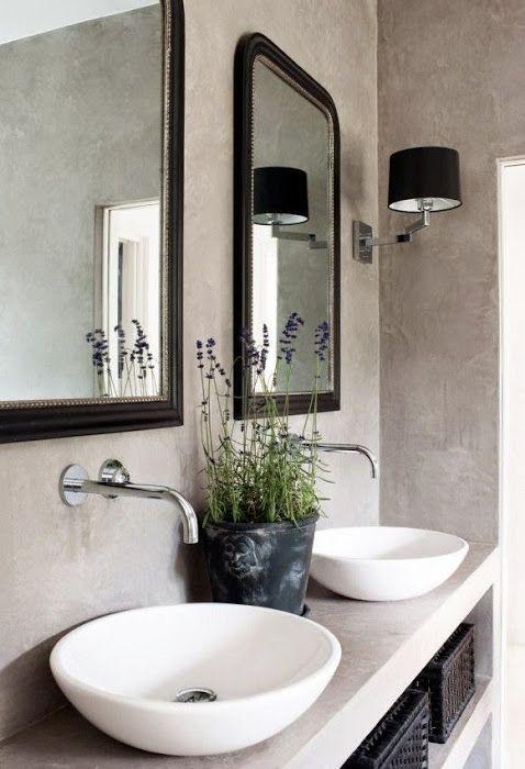 Waarom geen planten of bloemen in je badkamer?  Lavendel op de wastafel zorgt voor een heerlijke geur en geeft je een welkom gevoel. dewemelaer.nl