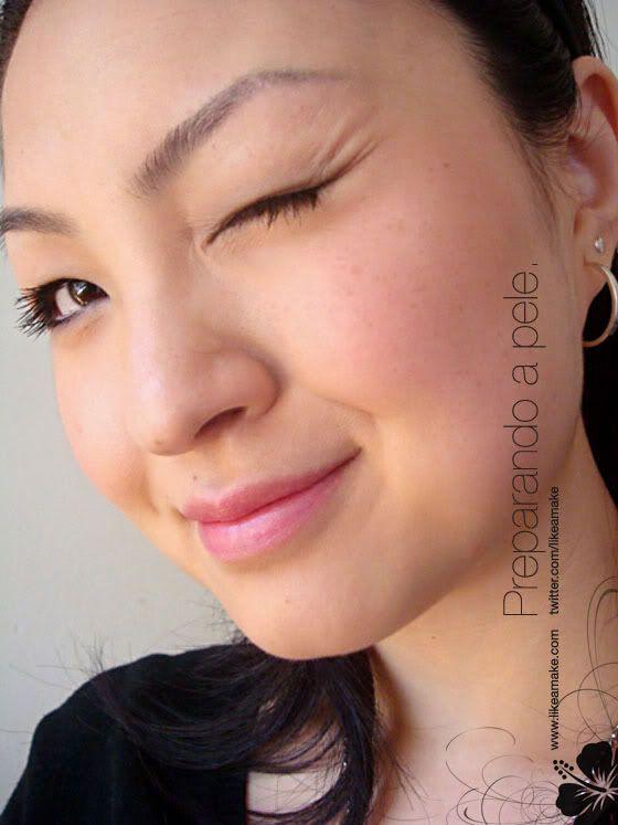 8 dicas de maquiagem para meninas orientais  2.Ilumine a região dos olhos Você pode aplicar o corretivo um tom abaixo da cor da sua pele somente nesta região para iluminá-la. Caso prefira destacar apenas áreas específicas, aposte no iluminador sob as sobrancelhas e no canto interno do olho.