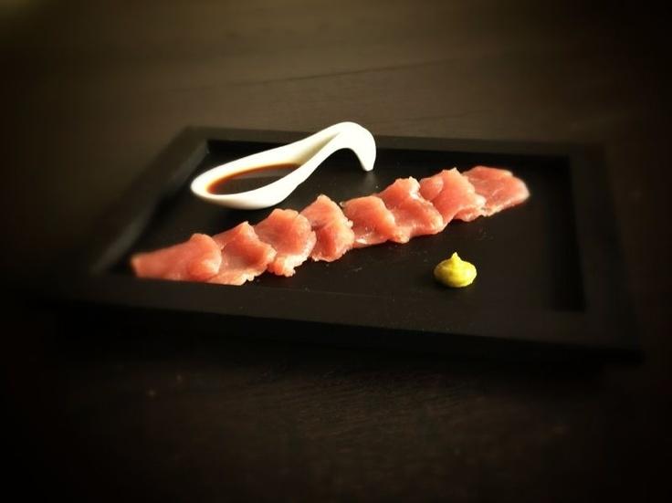 Sashimi zijn dun gesneden plakjes rauwe vis waarmee Japanners traditioneel een diner mee beginnen. Omdat zoetwatervissen parasieten kunnen bevatten, worden alleen zeevissen rauw gegeten. Je kunt sashimi eten van bijvoorbeeld zalm, tonijn, inktvis, oester, St. Jakobsschelp, zwaardvis, kogelvis. Gebruik altijd vis zonder huid. Vraag aan de visboer of de vis geschikt is om rauw te eten.  #sushi #recept #instructie