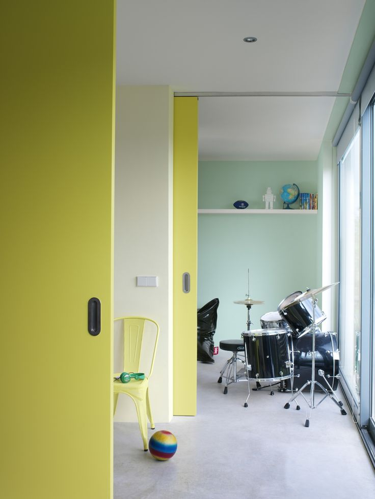 Deze kleuren stralen en bruisen van energie; precies het effect dat bij een speelkamer past. Het 'Bruis' op de muren balanceert mooi tussen levendig en kalm. De schuifdeuren in 'Energie' delen de ruimte op een spectaculaire manier in tweeën. 'Reflectie' verbindt alle kleurelementen op een luchtige manier. (collectie: Fluo Fantasy)