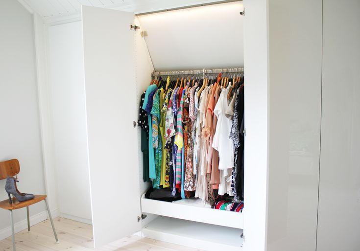 Tyvärr kan vi enbart utnyttja cirka hälften av garderobernas utrymme då de är satta under ett snedtak. Min sambo har sågat sönder stommarna upptill för att få dem att passa in. Trots mindre utrymme för kläder blev det till slut mycket bra!