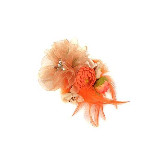 Oranje accessoire met bloemen. Dit oranje accessoire met verschillende bloemen en veren kan gedragen worden als bijvoorbeeld een broche, maar ook als haarbloem accessoire. De bloem is voorzien van een broche, speldje en haarelastiekje.