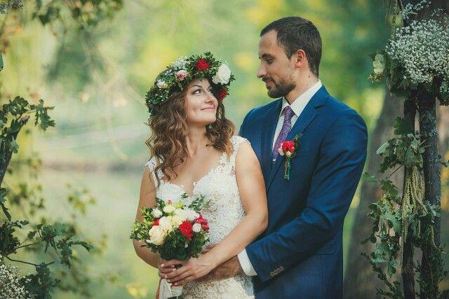 Влюбленные Саша и Алёна! Букет, венок и бутоньерка собраны из любимых цветов невесты.