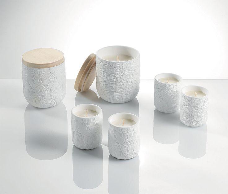 Candele O1322-O1323-O1324-O1325    candele profumate 'pizzo' con vaso di ceramica lavorato  dimensioni varie  colore: bianco  fragranza: sandal wood