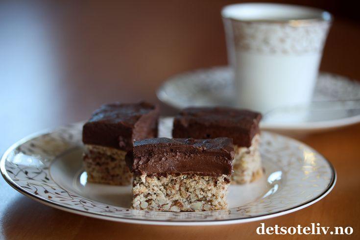 """""""Franz Josephs konfektbiter"""" er en KLASSISK og UTROLIG NYDELIG konfektkake! Kaken består av en myk nøttebunn, fyldig sjokoladesmørkrem og lekker, mørk sjokoladeglasur. Kaken er fin å fryse og tiner raskt, så den er ideell å lage i forveien og ha på lur i fryseren til uventet besøk eller en annen festlig anledning! Oppskriften er til liten langpanne. Se også oppskrift på """"Franz Josephs konfektkake"""", som lages som rund kake."""