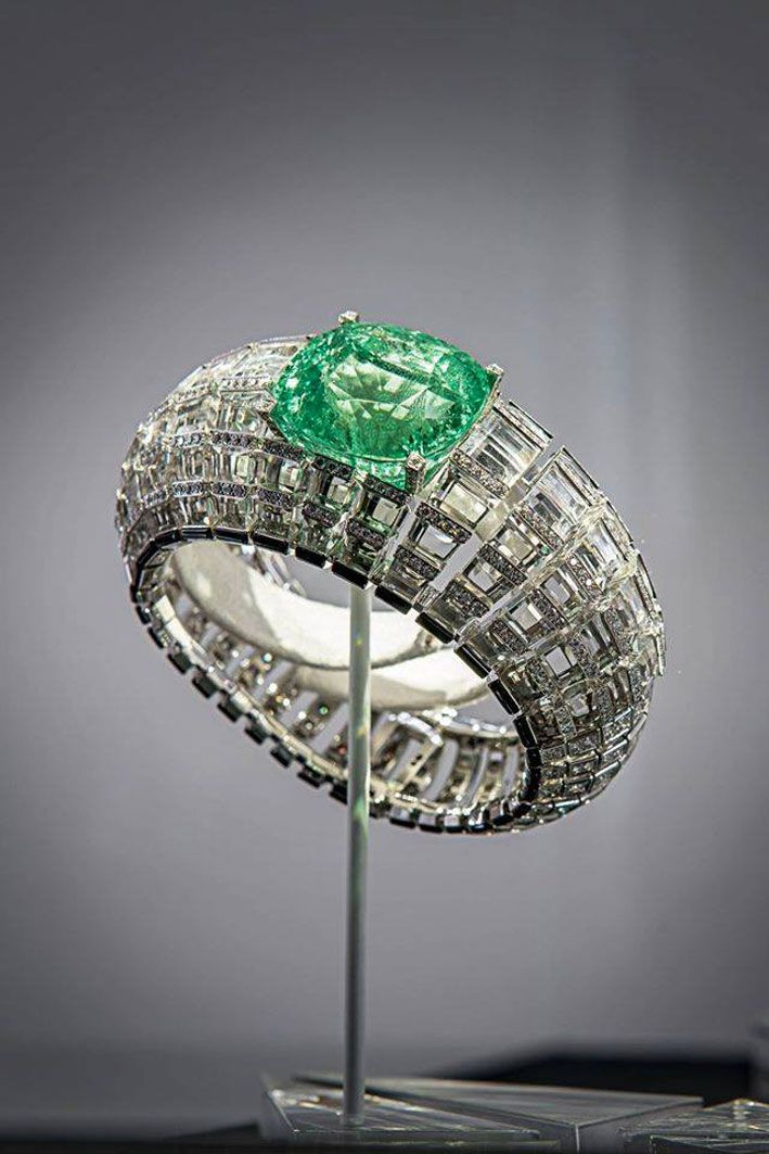 Cartier, bracciale con cristallo di rocca e diamanti, che evoca quello indossato da Gloria Swanson. Lo smeraldo ha un taglio cuscino