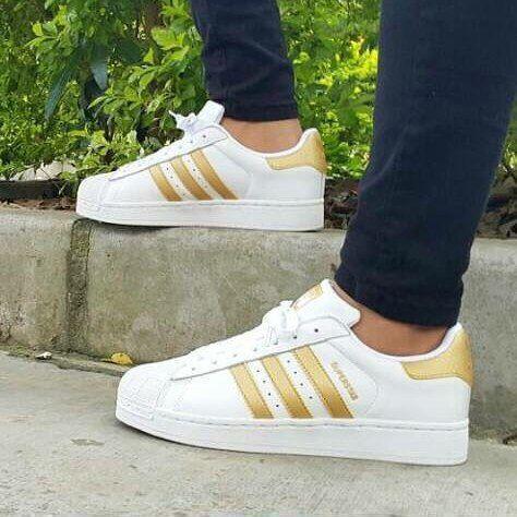 adidas blancas con dorado