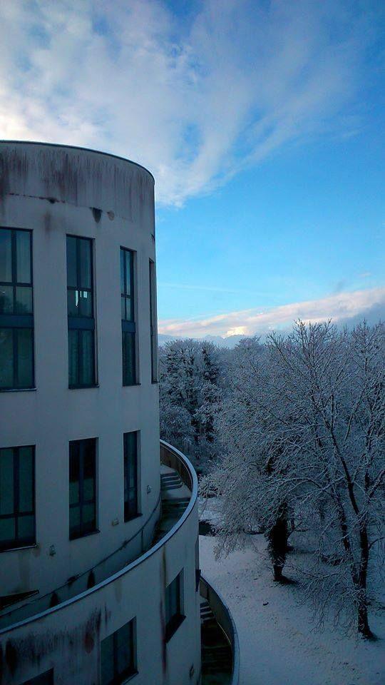 Campus de Sevenans sous la neige - Vue de la ziggourat  - février 2015